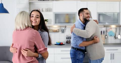 Ouders omhelzen kinderen