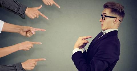 schade zakelijk, verzekeringen, beschuldigen, schuld krijgen, aansprakelijkheid, bestuurdersaansprakelijkheid